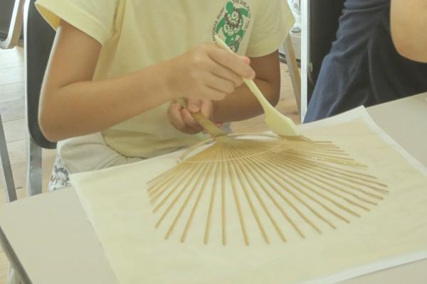 鮎のつかみ取りと紙すき、<br>そしてうちわ作り