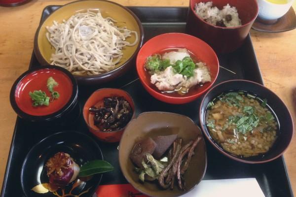 郷土料理名人「紅葉(くれは)ママ」の手打ちそば御膳と山菜摘み体験